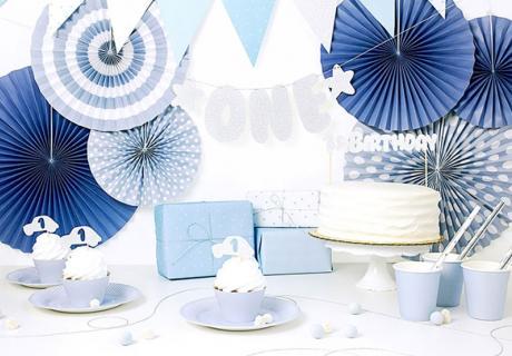 Zauberhafte Deko in Blau und Silber für den 1. Geburtstag deines Sohnes