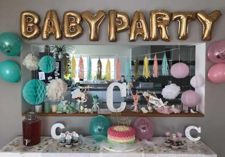 Farblich zweigeteilter Sweet Table als schöne Idee für eine neutrale Baby Shower © c.loves.c