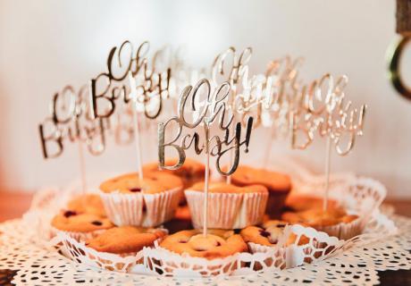 Die goldenen Partypicks peppen deinen Sweet Table zur Babyparty im Handumdrehen auf © juliafashionblonde