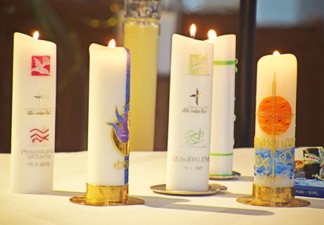 Taufkerzen für die kirchliche Zeremonie