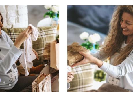 Bequem auf dem Sofa Babyparty-Geschenke auspacken - nur dass die Verwandten per Bildschirm zugucken
