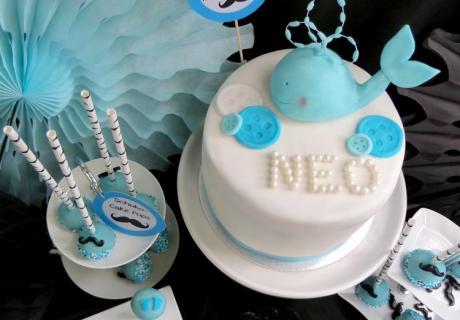 Torte, Cupcakes, Cake Pops und Milch halten die Gäste kleiner Gentlemen auf der Babyparty über Wasser