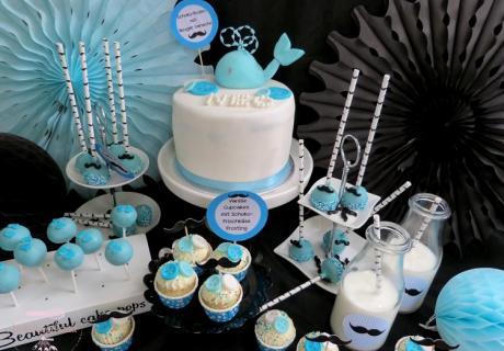 Dieser Sweet Table kombiniert alles, was eine Baby Boy Party perfekt macht - eine süße Waltorte und zuckersüße Little Gentlemen Leckereien mit pastellblauer Deko