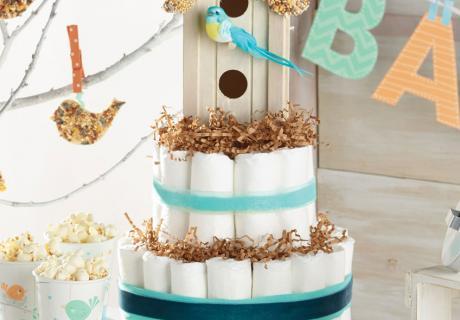 Süße Geschenkidee zur Babyparty mit Vögelchen-Thema: Eine Windeltorte mit Vogelhaus-Deko