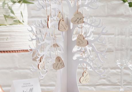 Mit einem Wunschbaum als Gästebuch haben Sie auch nach der Feier eine schöne Deko mit Erinnerungswert