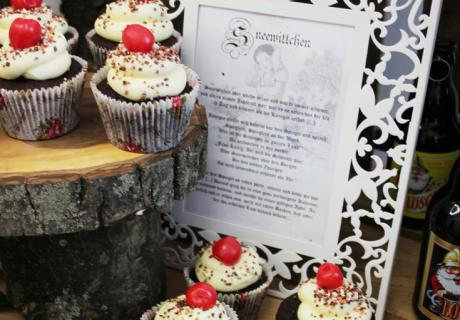 Denen kann sich niemand entziehen - Cupcakes auf der Babyparty umrahmt von einem verträumten Bilderrahmen für Schneewittchen
