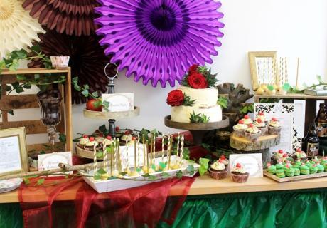 Kleine Fliegenpilz-Macarons, Äpfel, des Froschkönigs goldene Kugeln, Lebkuchen aus dem Hexenhaus und Cupcakes sowie eine Torte zieren den Sweet Table auf der märchenhaften Babyparty