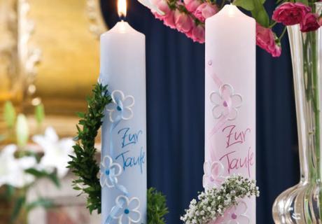 Die zauberhaften Taufkerzen in blau und rosa findet ihr in unserem Shop
