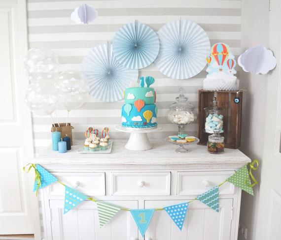 ein sweet table mit hei luftballons f r den 1 geburtstag. Black Bedroom Furniture Sets. Home Design Ideas