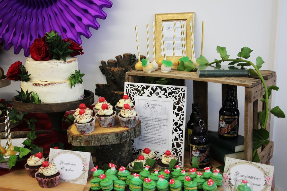 Ein Sweet Table zum träumen - kleine Fliegenpilz-Macarons, Äpfel, Lebkuchen aus dem Hexenhaus und Cupcakes sowie eine Torte für Schneewittchen