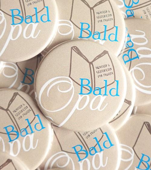 """""""Bald Opa""""-Button mit Buch - blau - 44 mm"""